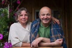 Couples supérieurs gais appréciant la vie à la maison de campagne Image stock