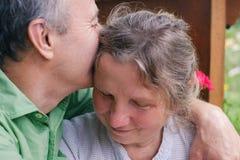 Couples supérieurs gais appréciant la vie à la maison de campagne Photo libre de droits