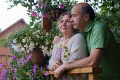 Couples supérieurs gais appréciant la vie à la maison de campagne Images stock