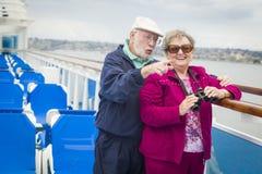 Couples supérieurs guidés sur la plate-forme d'un bateau de croisière Image stock