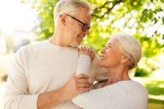 Couples supérieurs heureux étreignant au parc d'été Photo libre de droits