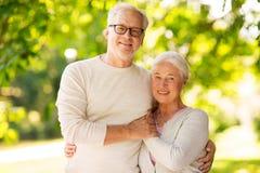 Couples supérieurs heureux étreignant au parc d'été Photos stock