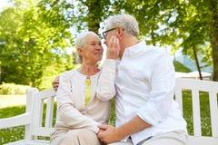 Couples supérieurs heureux étreignant en parc de ville Images libres de droits