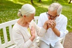 Couples supérieurs heureux étreignant en parc de ville Image libre de droits
