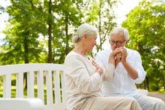 Couples supérieurs heureux étreignant en parc de ville Photos libres de droits