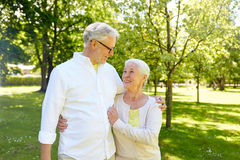 Couples supérieurs heureux étreignant en parc de ville Photo stock