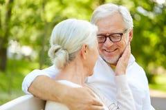 Couples supérieurs heureux étreignant en parc de ville Photographie stock
