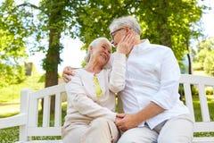 Couples supérieurs heureux étreignant en parc de ville Photographie stock libre de droits