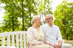 Couples supérieurs heureux étreignant en parc de ville Photo libre de droits