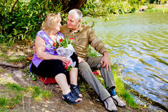 Couples supérieurs heureux étreignant et parlant Photos libres de droits