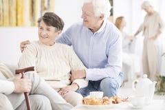 Couples supérieurs heureux appréciant se réunir Image stock