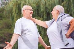 Couples supérieurs heureux appréciant un moment et parlant ensemble image libre de droits