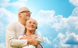 Couples supérieurs heureux au-dessus de ciel bleu et de nuages Photo stock
