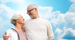 Couples supérieurs heureux au-dessus de ciel bleu et de nuages Images libres de droits