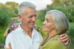 Couples supérieurs heureux au lac Images stock