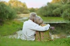 Couples supérieurs heureux au lac Images libres de droits
