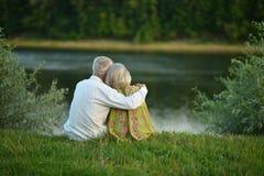 Couples supérieurs heureux au lac Photographie stock libre de droits