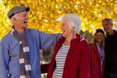 Couples supérieurs heureux au parc pendant l'automne Image libre de droits
