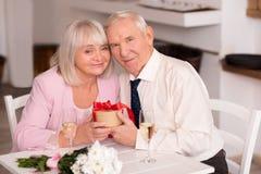 Couples supérieurs heureux célébrant l'anniversaire Photographie stock