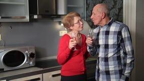Couples supérieurs heureux célébrant le jour de valentine banque de vidéos