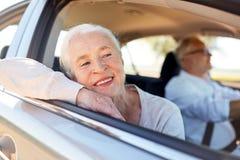 Couples supérieurs heureux conduisant dans la voiture Image libre de droits