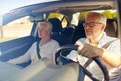 Couples supérieurs heureux conduisant dans la voiture Images libres de droits