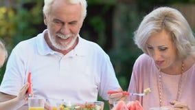 Couples supérieurs heureux dînant avec des petits-enfants, souvenirs doux d'enfance banque de vidéos