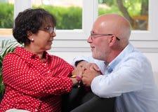 Couples supérieurs heureux dans l'amour à la maison Photographie stock libre de droits