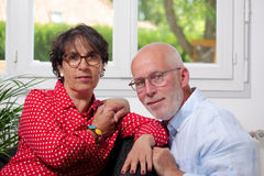 Couples supérieurs heureux dans l'amour à la maison Images stock