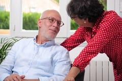 Couples supérieurs heureux dans l'amour à la maison Photos libres de droits
