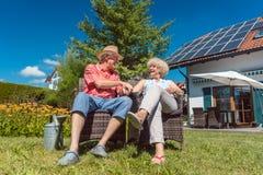 Couples supérieurs heureux dans l'amour détendant ensemble dans le jardin dans a Images stock