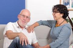 Couples supérieurs heureux dans l'amour, dans leur maison Photographie stock libre de droits