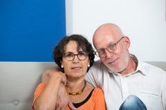 Couples supérieurs heureux dans l'amour, dans leur maison Photo libre de droits