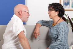 Couples supérieurs heureux dans l'amour, dans leur maison Photos stock