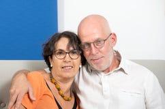 Couples supérieurs heureux dans l'amour, dans leur maison Photographie stock