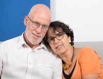 Couples supérieurs heureux dans l'amour, dans leur maison Photos libres de droits