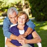 Couples supérieurs heureux dans l'automne Images libres de droits