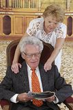 Couples supérieurs heureux dans la salle de lecture Photographie stock libre de droits