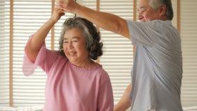 Couples supérieurs heureux dansant à la maison clips vidéos