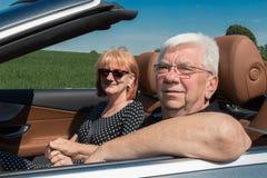 Couples supérieurs heureux de sourire dans la voiture Images stock