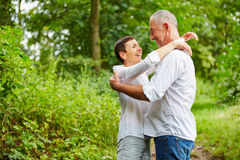 Couples supérieurs heureux embrassant en nature Photos stock