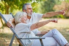 Couples supérieurs heureux en été Images libres de droits