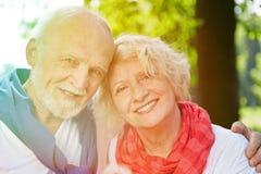 Couples supérieurs heureux en nature d'été Photo libre de droits