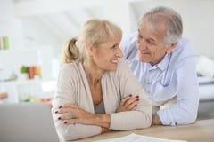 Couples supérieurs heureux riant à la maison Photo libre de droits