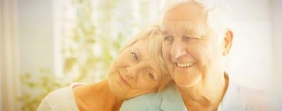 Couples supérieurs heureux souriant à la maison Image stock