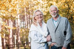 Couples supérieurs heureux souriant dehors en nature Images stock