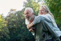 Couples supérieurs heureux souriant dehors en nature Photos stock
