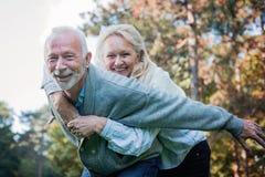 Couples supérieurs heureux souriant dehors en nature Photo libre de droits