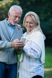 Couples supérieurs heureux souriant dehors en nature Photographie stock