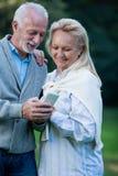 Couples supérieurs heureux souriant dehors en nature Photo stock